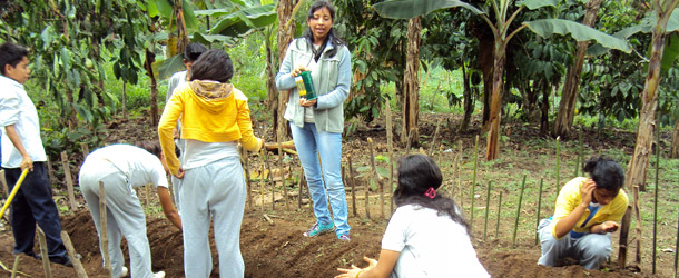 teaching children how to grow vegetables to improve their diets in Bua de los Colorados